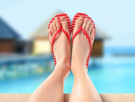 Frau, die auf Strand, Nahaufnahme sich entspannt. Sommerferien-Konzept Standard-Bild - 91812027