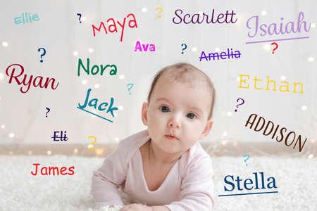 Babynamen-Konzept. Nettes kleines Kind, das auf Plaid liegt