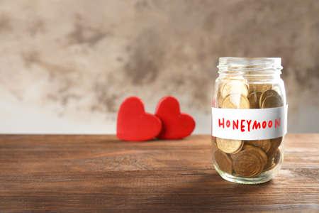 Money savings for honeymoon in glass jar on blurred background Imagens - 91835654