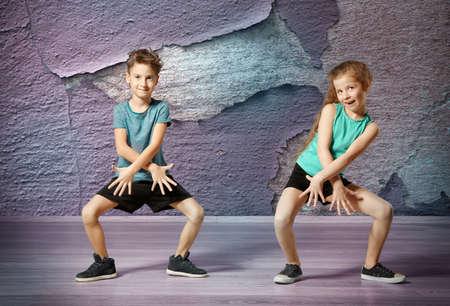 Mali tancerze hip-hopu na tle ściany grunge Zdjęcie Seryjne