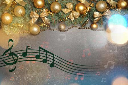 Composición con decoraciones festivas y notas sobre fondo gris. Concepto de música navideña y canciones