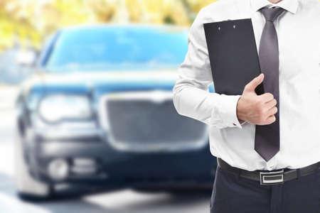 agente de seguros con portapapeles y coche sobre fondo
