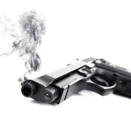 Pistola humeante sobre fondo blanco, portarretrato% 00 Foto de archivo