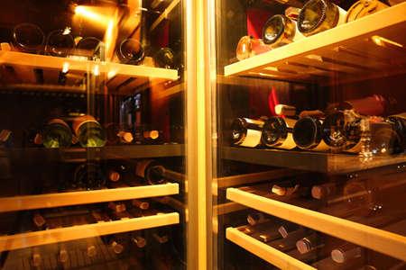 Kühlschränke mit Flaschen Wein im Laden Standard-Bild