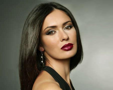 Belle femme avec du maquillage et de la peau d'olive sur fond gris Banque d'images - 95546445
