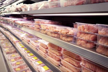 Prateleiras com carne fresca no supermercado Foto de archivo - 92284032