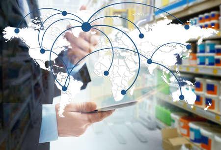 Weltkarte mit logistischem Netz und Mann, der Tablette auf Hintergrund verwendet