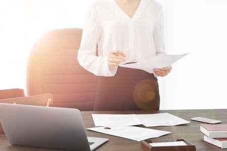 Succesvolle onderneemster die met documenten in bureau% 00 werkt