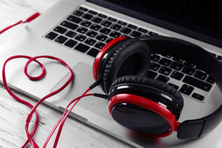 Headphones with laptop on table close up Banque d'images