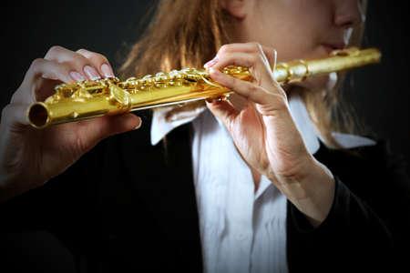Musicien jouant de la flûte, gros plan Banque d'images