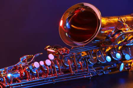 Goldenes Saxophon auf lila Hintergrund