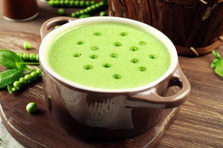 Tasty peas soup on table close up Standard-Bild