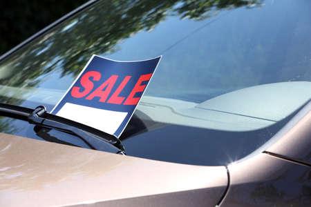 À vendre, signe sur le pare-brise de la voiture.