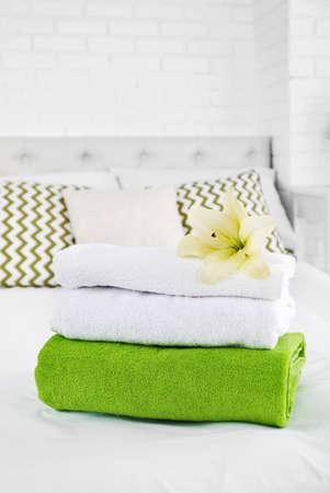 ベッドルームのインテリアに洗濯したばかりのふわふわのタオル
