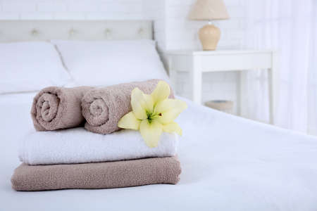 침실 인테리어에 갓 세탁 한 푹신한 수건