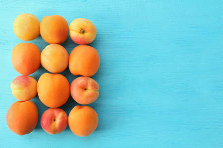 Ripe apricots on wooden table close up Standard-Bild