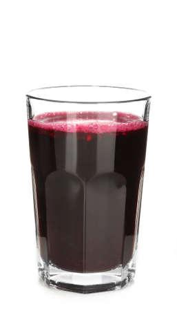 Glas bietensap op wit wordt geïsoleerd dat