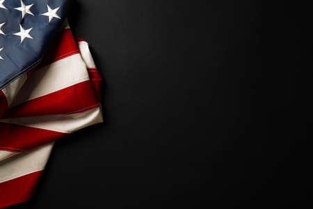 在黑暗的背景的美国国旗