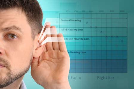 Volwassen man met symptoom van gehoorverlies op onscherpe achtergrond