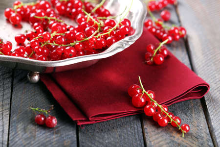 Fresh red currants in bowl on table close up Standard-Bild