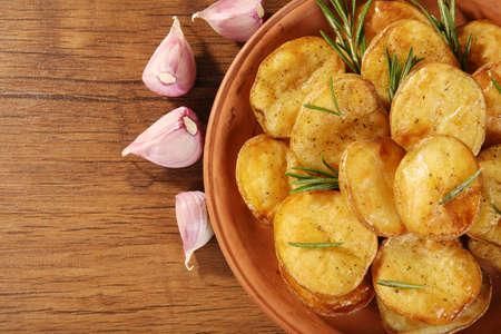 Köstliche gebackene Kartoffel mit Rosmarin in der Schüssel auf Tabelle hautnah Standard-Bild - 93487026