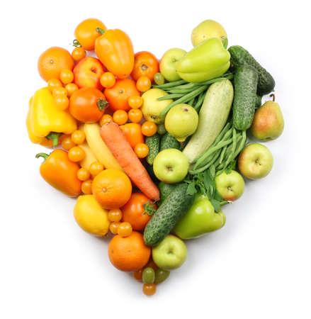 fruits frais et légumes isolés sur blanc