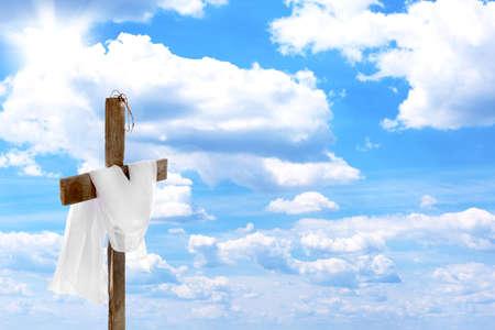 Krzyż z koroną cierniową i suknem, na tle błękitnego nieba