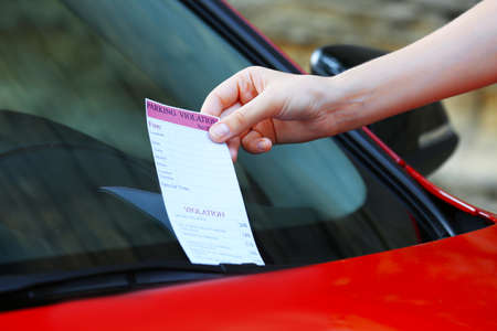 Parkeerovertreding ticket op auto voorruit Stockfoto