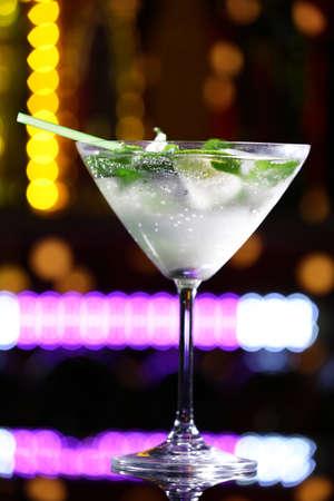 バーの背景にカクテルのグラス
