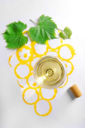 Weinglas und Korken auf Bild mit Wein gemalt Standard-Bild
