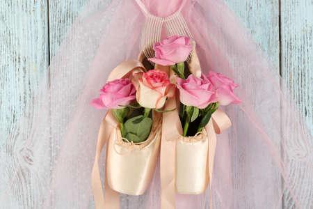 Décoré chaussures de ballet avec des roses dans elle suspendus sur fond bleu bois Banque d'images - 94056520