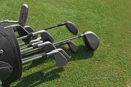 Golftasche mit Vereinen auf grünem Feld, Abschluss oben