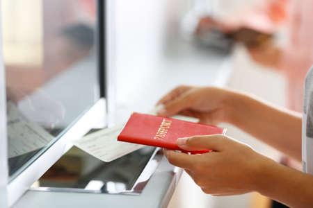 Aéroport check-in avec des passagers Banque d'images - 94069752