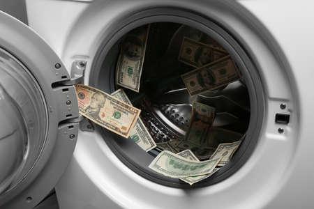 Dollars sales en machine à laver, gros plan