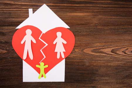 紙のハートに分かれた家族の切り抜きシルエット、離婚コンセプト