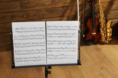 Note holder against musical instruments on wooden background 版權商用圖片