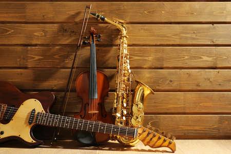 Muzikale instrumenten op houten achtergrond