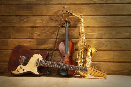 Musikinstrumente auf Holzuntergrund
