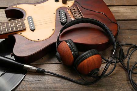 Elektrische gitaar en koptelefoon op houten achtergrond Stockfoto