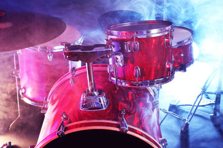 Drum set in smoke on a stage Banque d'images - 94621235