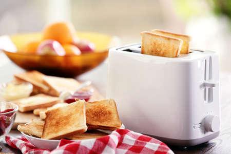 Gediende lijst voor ontbijt met toost en fruit, op vage achtergrond