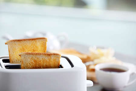 Een paar knapperige toastjes in de broodrooster, close-up