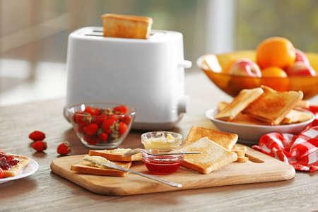 Gediende lijst voor ontbijt met toost en honing, close-up Stockfoto