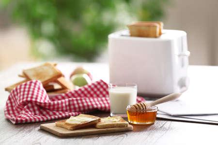 Gediende lijst voor ontbijt met toost, melk en jam, close-up Stockfoto