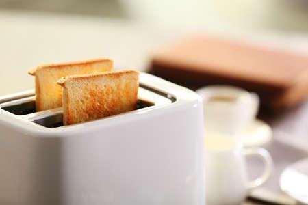 Gediende lijst voor ontbijt met toost en koffie, op vage achtergrond