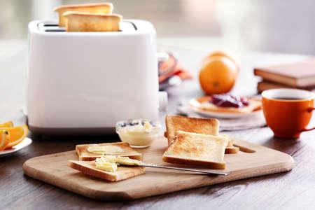 Gediende lijst voor ontbijt met toost, koffie en fruit, op vage achtergrond
