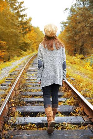 Junge Frau , die auf Schiene von Bahngleisen geht Standard-Bild - 94919612