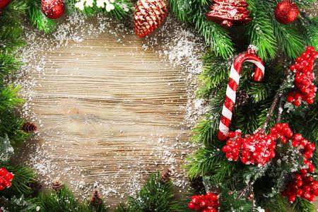 ramas de abeto de navidad con rowan y juguetes en la mesa de madera