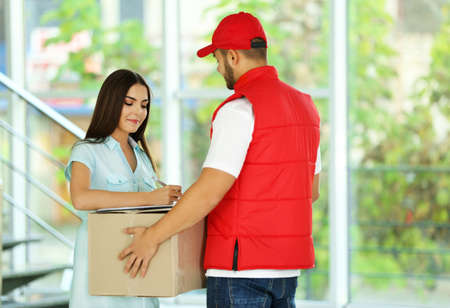Young woman and courier - delivery concept Banque d'images