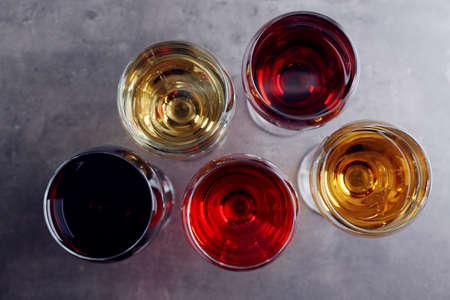 Gläser mit Brombeeren von verschiedenen Farben auf einem Holztisch Standard-Bild - 95229802